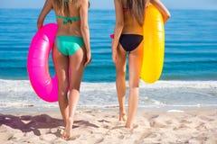 Sexig ung flicka på stranden Arkivbild