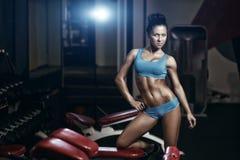 Sexig ung flicka som poserar i idrottshallen royaltyfri foto