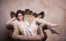 Sexig ung kvinna för tappning i korsett Royaltyfri Bild
