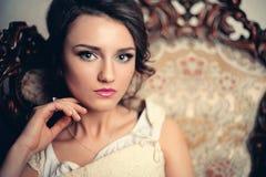 Sexig ung kvinna för tappning i korsett Arkivfoton