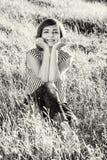 Sexig ung kvinna i ängen som är akromatisk Arkivfoto