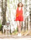 Sexig ung kvinna med hunden. Arkivbilder