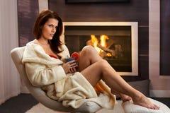 Sexig ung kvinna som har tea hemma Arkivfoto
