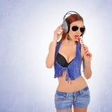 Sexig ung kvinna som lyssnar till musik fotografering för bildbyråer