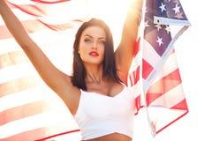 Sexig ung kvinna som rymmer USA flaggan Arkivfoton