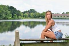 Sexig ung kvinna utanför i den vita behållaren och kortslutningar Arkivfoton