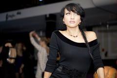 Sexig ung latinamerikansk kvinna som går till och med en korridor fotografering för bildbyråer