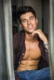 Sexig ung man med skjortan som är öppen på den nakna muskulösa torson Royaltyfria Foton