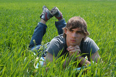 Sexig ung man på grönt gräs royaltyfri fotografi