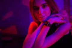 Sexig ung skönhetkvinna som poserar över röd för nattstad dramatisk och blå neonbakgrund arkivbilder