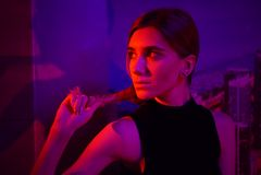 Sexig ung skönhetkvinna som poserar över röd för nattstad dramatisk och blå neonbakgrund royaltyfria bilder