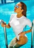 Sexig varm modell i bikini på strandswimwear Arkivbilder
