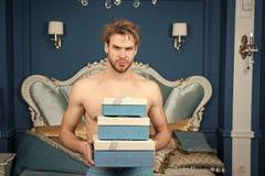 Sexig ?verraskning f?r kvinnlig Man i lyxigt sovrum med g?vaasken V?n och g?va f?r man stilig ?verraskning f?r ?lskling royaltyfri foto