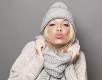 Sexig vinterkvinna som uttrycker mjukhet i att truta och kyssande tecken Royaltyfri Bild