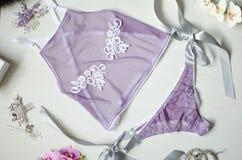 Sexig violett damunderkläder på den vita träbakgrunden Fasion wom Royaltyfri Fotografi