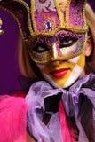 sexig violett kvinna för maskeringsdeltagare Royaltyfri Foto