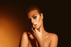Sexig vuxen kvinna med yrkesmässig makeup och kortslutning för gröna färger Royaltyfri Bild