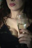 sexig winekvinna för glass holding Arkivbild