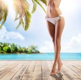 Sexiga ben av en ung kvinna på stranden Royaltyfri Bild