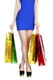 Sexiga ben för kroppsdel, flicka med färgrika shoppingpåsar Arkivfoto