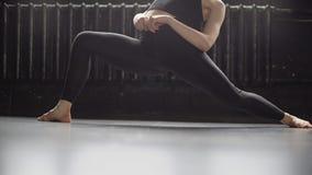 Sexiga ben i svarta leggins av den unga dansareflickan flyttar sig i ultrarapid stock video