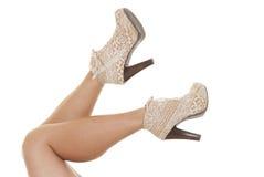 Sexiga ben och vita höga häl Royaltyfri Fotografi
