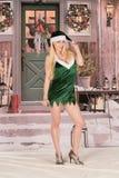 Sexiga blonda ben för snö för kvinnajulälva Royaltyfria Foton