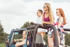 Sexiga flickor som reser med bilen Fotografering för Bildbyråer