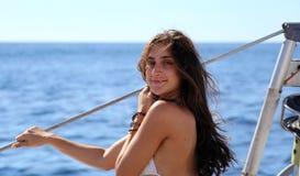 Sexiga flickor som seglar i bikinisystrar, fostrar dottermammaflickan på Los Cabos Mexico Arkivbilder