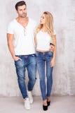 Sexiga härliga par i jeans Royaltyfria Foton