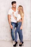 Sexiga härliga par i jeans Arkivbild