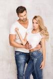 Sexiga härliga par i jeans Royaltyfria Bilder