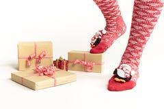 Sexiga jultomtenkvinnaben Jul som shoppar begrepp Xmas-gåvaask Arkivfoton