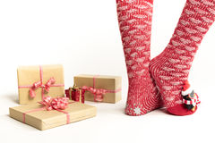 Sexiga jultomtenkvinnaben Jul som shoppar begrepp Xmas-gåvaask Royaltyfria Bilder