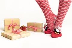 Sexiga jultomtenkvinnaben Jul som shoppar begrepp Xmas-gåvaask Royaltyfri Fotografi