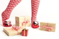 Sexiga jultomtenkvinnaben Jul som shoppar begrepp Xmas-gåvaask arkivfoto