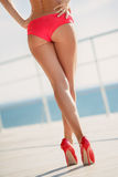 Sexiga kvinnabakdelar på strandbakgrunden Royaltyfri Foto
