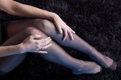 Sexiga kvinnaben med strumpor arkivfoton