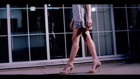 Sexiga kvinnans ben går ner gatan. stock video