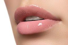 Sexiga kvinnas kanter Skönhetkantsmink härligt smink Sinnligt öppna munnen Läppstift och kanten kommenterar Naturliga fulla kante Arkivfoton