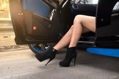 Sexiga kvinnligben i en bil Fotografering för Bildbyråer