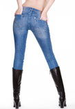 Sexiga kvinnligben i jeans med kängor Arkivbilder