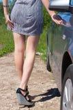 Sexiga kvinnligben nära bilen Arkivbild