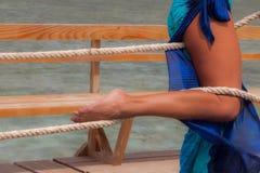 Sexiga kvinnligben som slås in upp med ett rep Arkivfoton