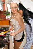 Sexiga kvinnor i kök Arkivfoto