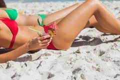 Sexiga kvinnor som tar solen som dricker coctailar Royaltyfri Foto