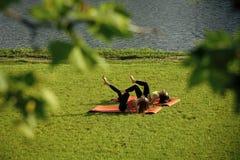 Sexiga kvinnor som utbildar på naturen, sport Wellness bodycare, hälsa, sjukvård Royaltyfri Foto