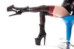 Sexiga långa ben i latexstrumpor och kängor för hög häl Royaltyfri Fotografi