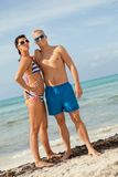 Sexiga moderiktiga par som poserar i swimwear på havet Arkivbilder