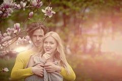 Sexiga par förbunden förälskelse lyckliga par som är förälskade i vårmagnolia Royaltyfria Bilder